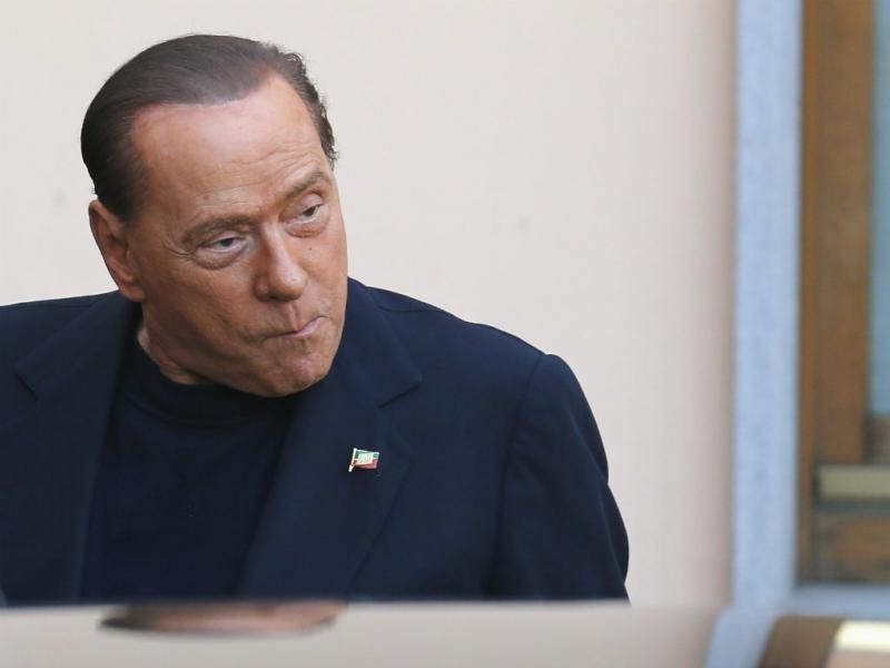 Berlusconi começou hoje o seu serviço comunitário num lar de idosos (Reuters)