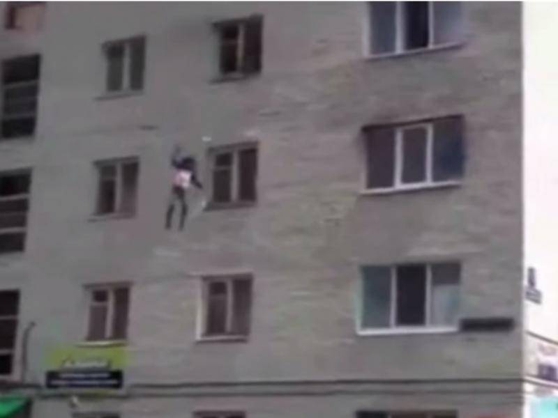 Mãe obriga filhas a saltar de janela do quarto andar (Foto reprodução de YouTube)