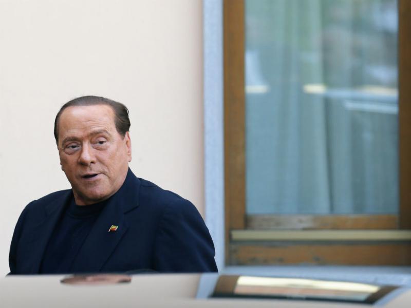 Berlusconi cumpre serviço social em lar de idosos
