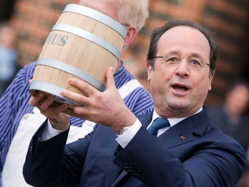 Hollande está de visita à Alemanha e recebeu um barril especial de Merkel (Reuters)