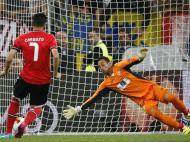 Beto defende penalty de Cardozo na final da Liga Europa (Reuters/Tony Gentile)