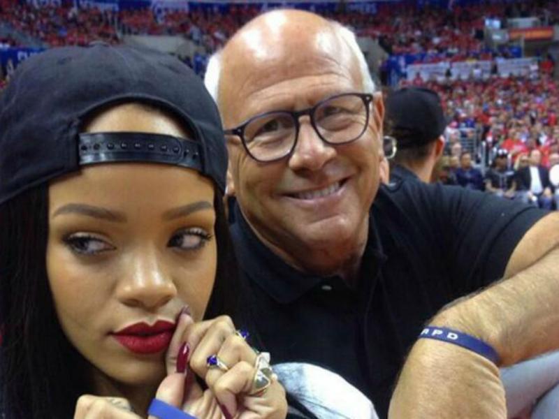Rihanna parte telemóvel de polícia em selfie falhada (Reprodução Twitter)