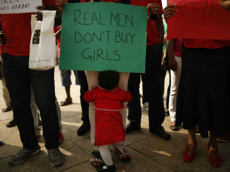 «Homens de verdade, não compram raparigas», cartaz apela ao regresso das 200 estudantes raptadas(REUTERS)