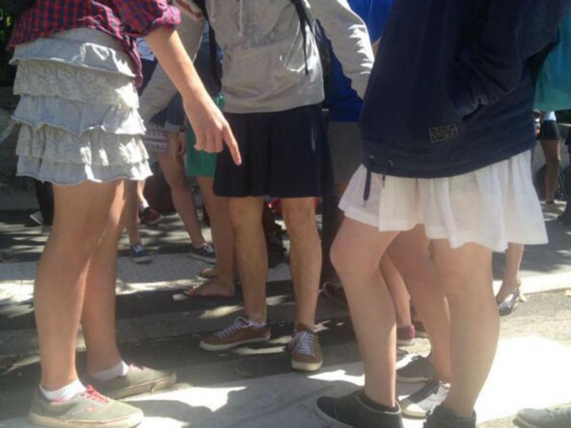 Rapazes em Nantes vestiram saia contra o sexismo (Reprodução Twitter)