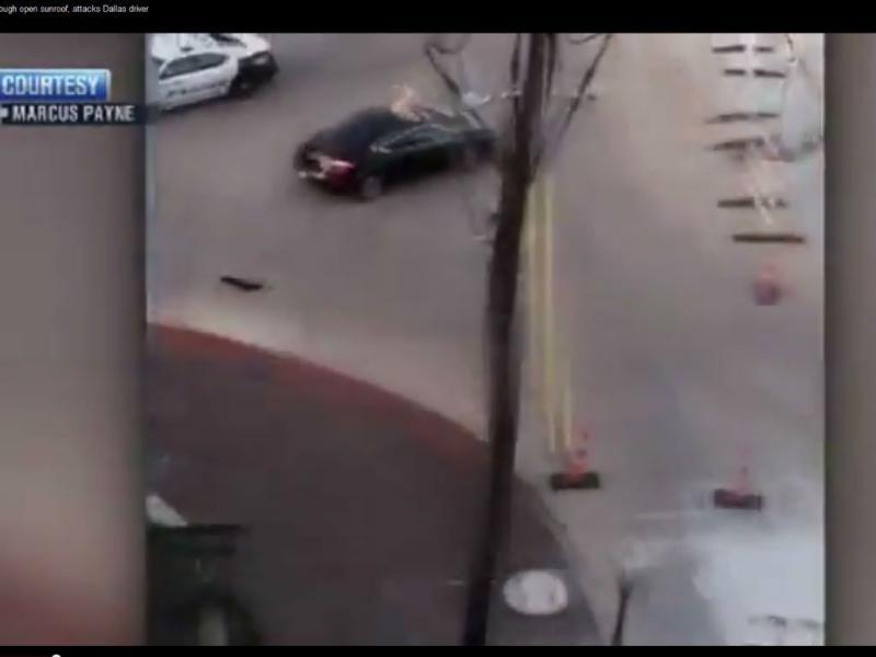 Homem nu entra por tejadilho de carro e ataca mulher