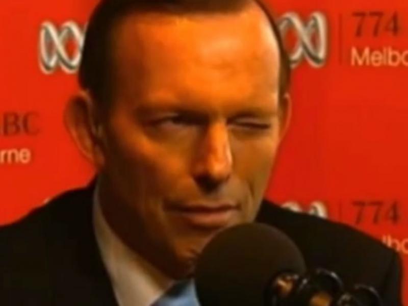 Tony Abbott pisca o olho