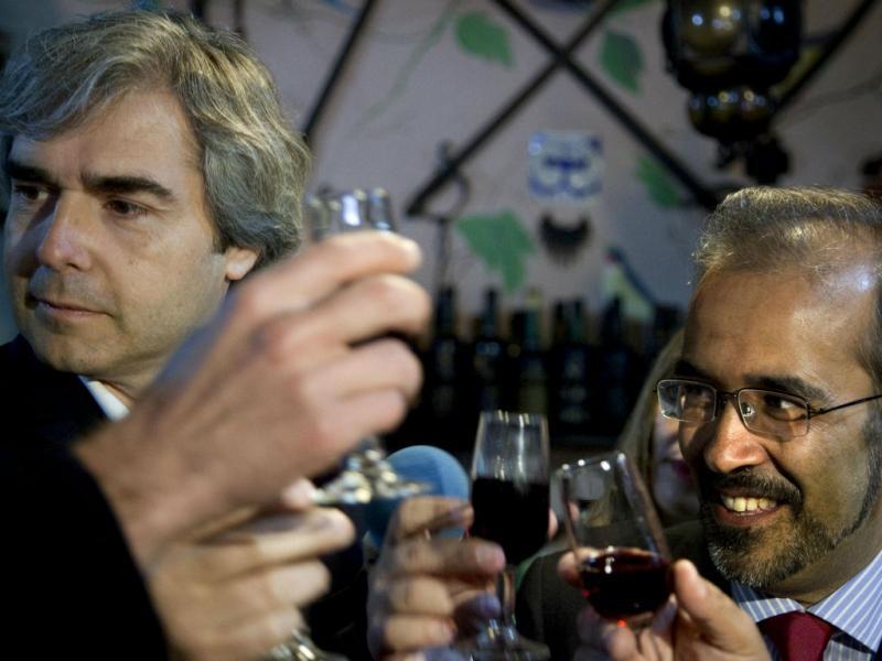 Paulo Rangel e Nuno Melo fazem um brinde com ginja num bar da Vila de Óbidos (PAULO CUNHA/LUSA)