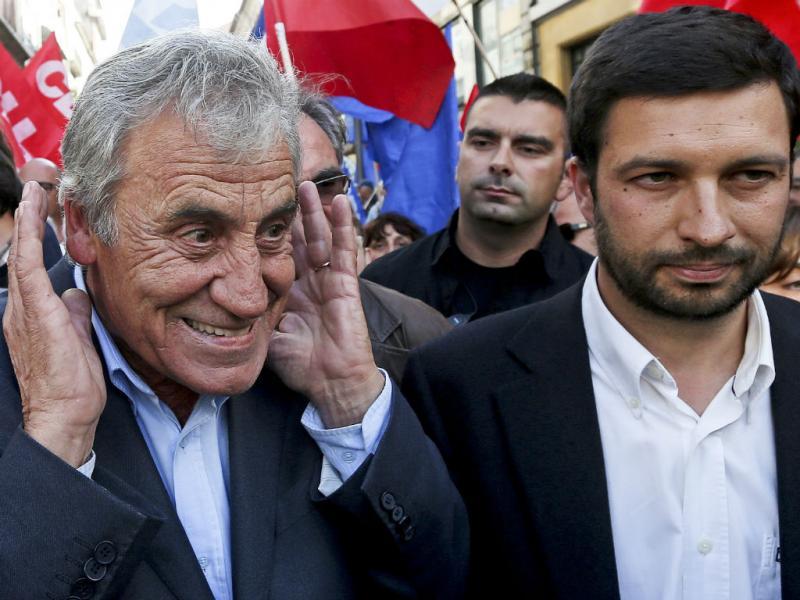 JErónimo de Sousa acompanhado por João Ferreira, cabeça de lista da CDU, numa arruada, no Porto (JOSE COELHO/LUSA)