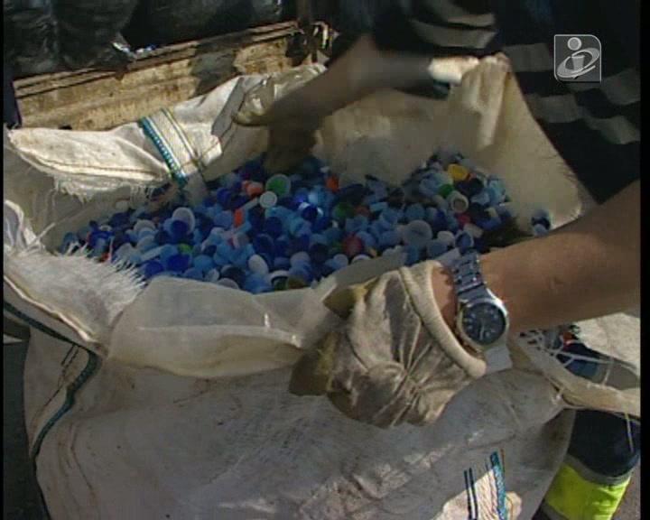 Polícias sem folgas para separarem tampinhas