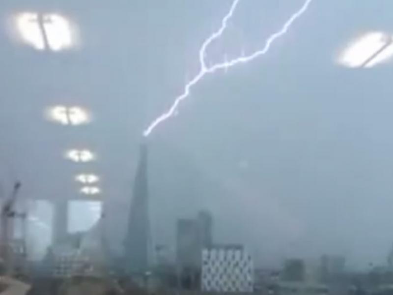 Edifício mais alto da Europa atingido por raio (Reprodução/Youtube/SkyNewsDaily)