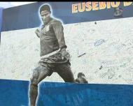 Espanhóis deixam homenagens a Eusébio