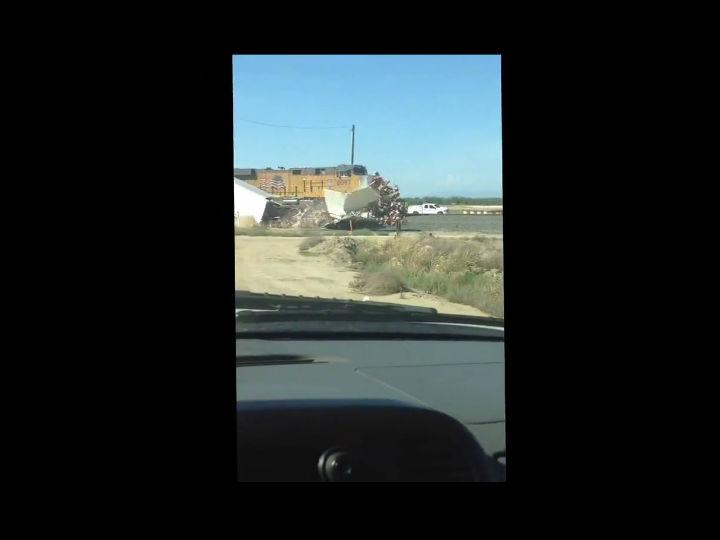 Comboio atropela camião preso na linha
