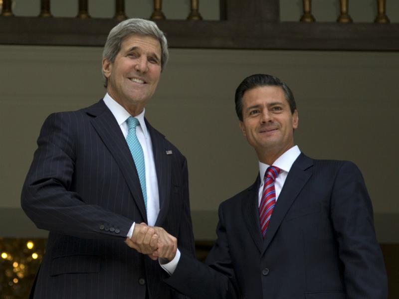 John Kerry (E) com Enrique Peña Nieto (D) (Reuters)