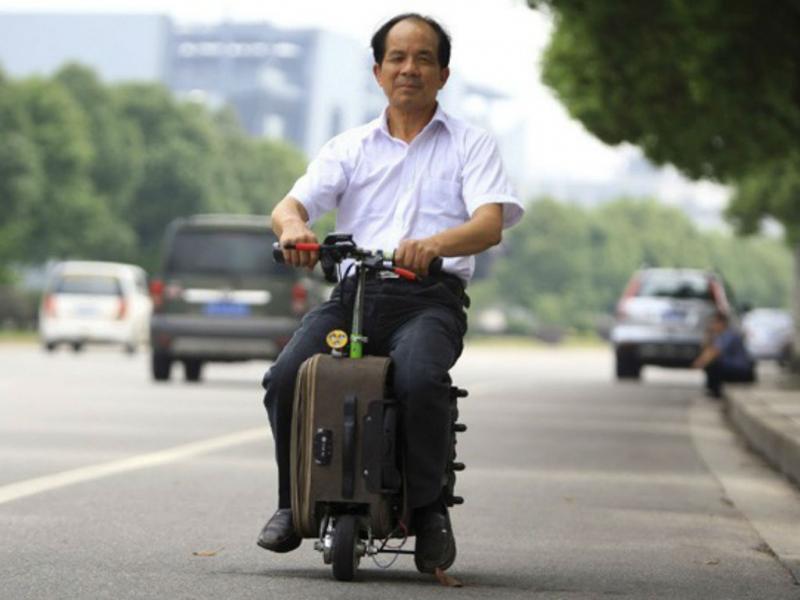 Chinês passeia num mala motorizada (REUTERS)