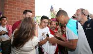 Seleção: jogadores dão autógrafos à porta do hotel [FPF/FRANCISCO PARAÍSO]