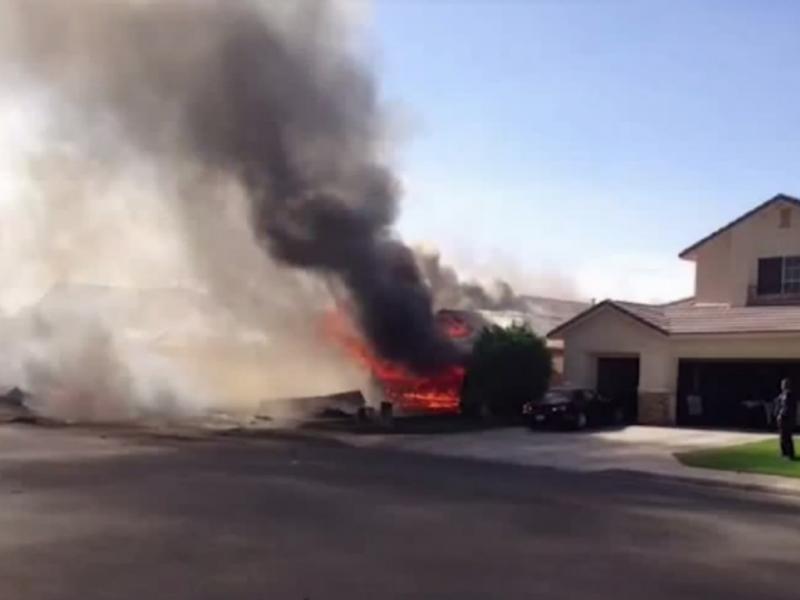 Avião militar despenha-se contra casa (Reprodução/Youtube/HotNews)