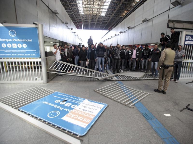 São Paulo: greve e portas arrombadas na estação do palco de abertura