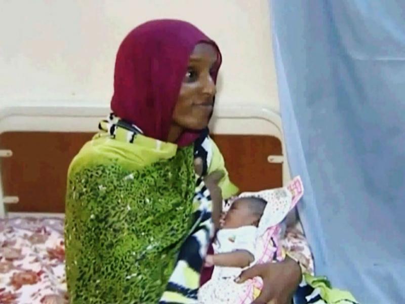 Sudanesa com a recém-nascida