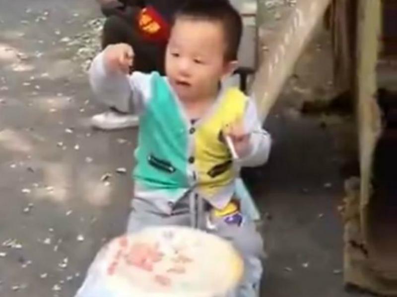 Menino de dois anos fuma para entreter quem passa