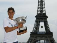 Nadal posa com troféu junto à Torre Eiffel (Reuters)