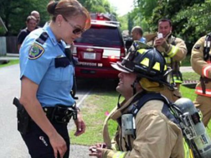 Bombeiro pede namorada em casamento durante incêndio falso (Foto: Youtube/Fire6688)