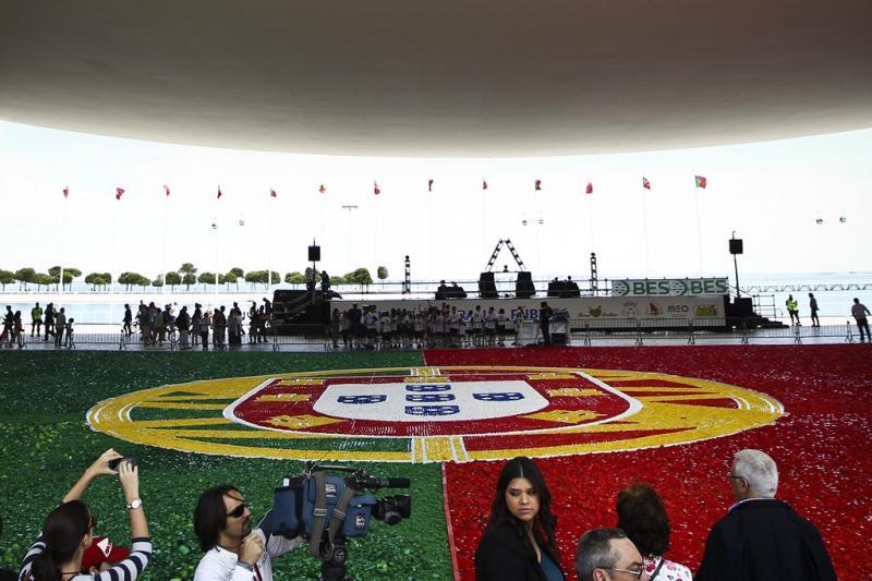 Bandeira portuguesa com toneladas de tampinhas apoia seleção nacional Foto: Lusa