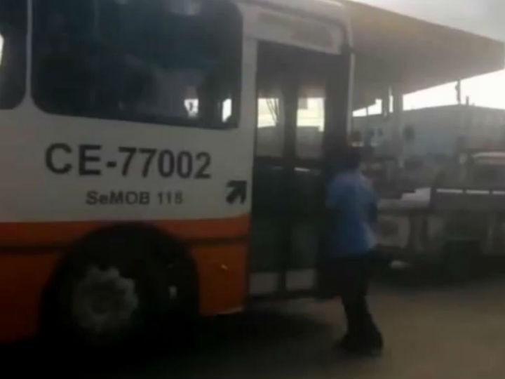 Condutor atira autocarro contra idoso de propósito (Reprodução Vídeo)