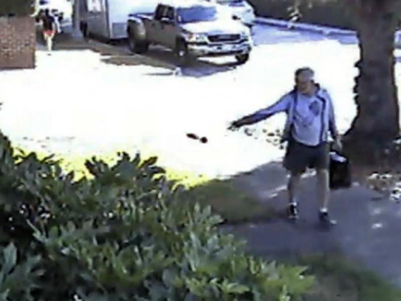 Autarca atira cocó de cão para jardim de vizinho (Reprodução YouTube)