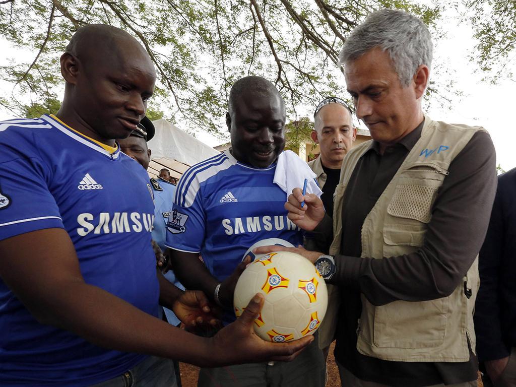 José Mourinho em Nanan village, Yamoussoukro (Reuters)