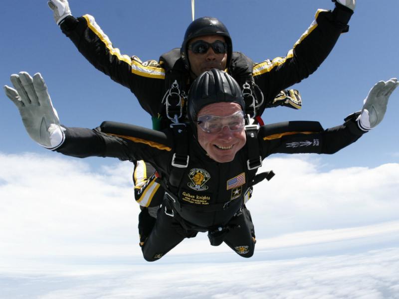George H.W. Bush salta de paraquedas aos 85 anos (Reuters)