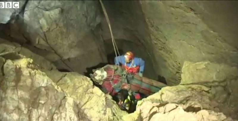 Explorador esteve 12 dias preso no fundo de caverna (Reprodução BBC)