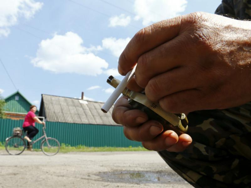 Separatista pró-russo entre um cigarro e uma granada na região de Donetsk, na Ucrânia (REUTERS/Shamil Zhumatov)