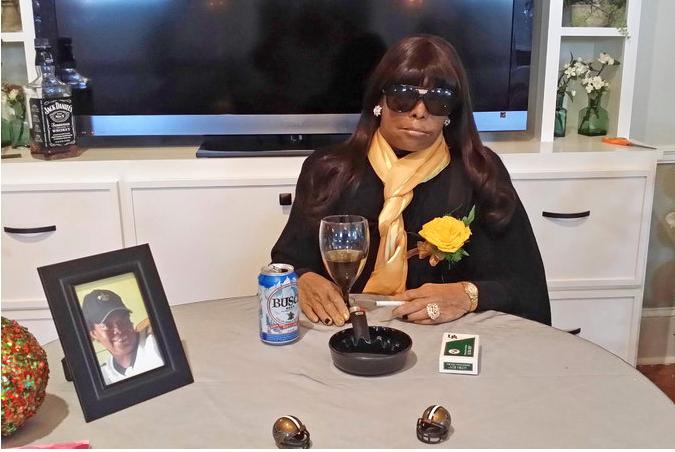 A moda começou com o funeral de Miriam Burbank que foi apresentada no seu funeral na pose que a caraterizava
