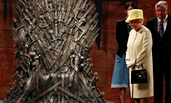 Rainha Isabel II recusou sentar-se no trono da série que é um sucesso de audiências