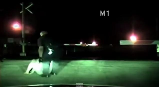 Polícia salva mulher da linha de comboio (Reprodução Youtube)