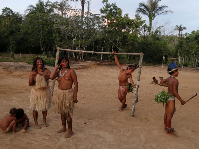 Índios visitam treino da Alemanha (Reuters)