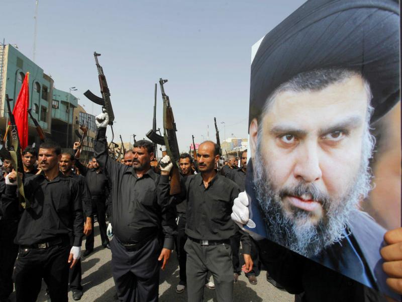 Combatentes do Exército Mehdi leais a Moqtada al-Sadr marcham em Najaf (REUTERS/Alaa Al-Marjani)