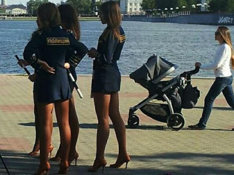 Polícias russas proibidas de encurtar as saias (Reprodução Twitter)
