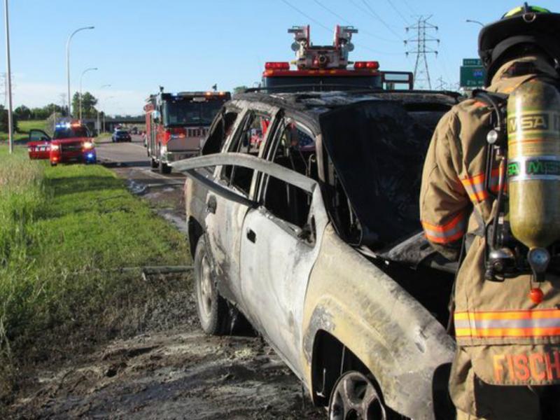 Homem dobra porta de carro em chamas para salvar condutor (Foto: polícia do Minnesota)