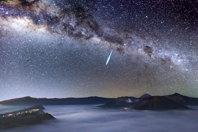 Eta Aquarid Meteor Shower over Mount Bromo (Chuva de Meteoros Eta Aquarídeas no Monte Bromo)  © Justin Ng (Singapura)