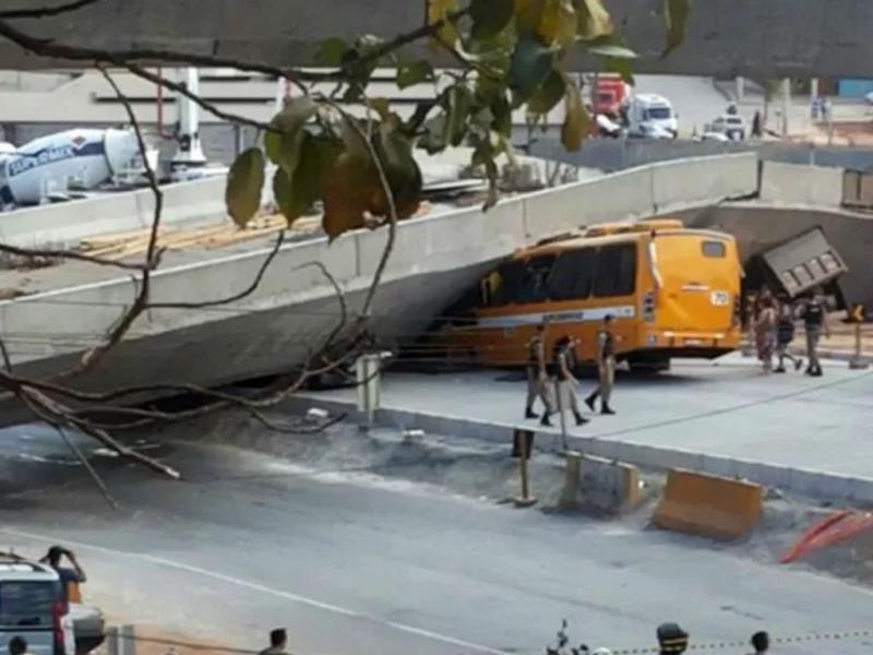 Brasil: viaduto cai sobre quatro veículos [Foto: Polícia Militar brasileira]