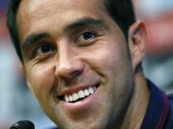 Claudio Bravo, o novo dono da baliza, apresentado no Barcelona (Reuters)