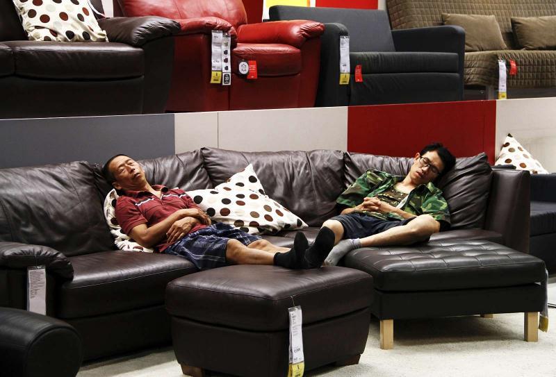 Clientes dormem no mobiliário Ikea (Foto: Reuters)