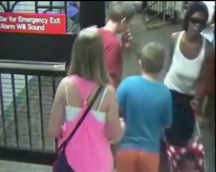 Mãe abandonou bebé de sete meses na plataforma de uma estação de metro em Nova Iorque (YouTube)