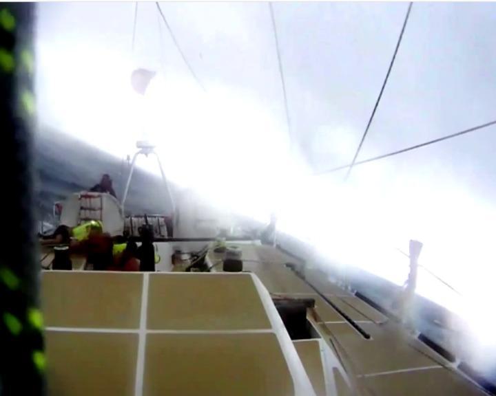 Iate foi atingido por ventos na ordem dos 185 quilómetros por hora (YouTube)