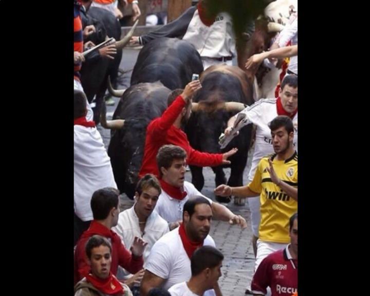 Homem que tirou selfie durante largada de touros está a ser procurado pela polícia espanhola (Twitter)