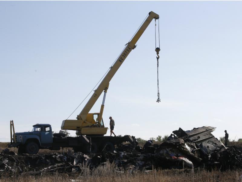 Buscas e recolha de corpos nos destroços do voo MH17 [Reuters]