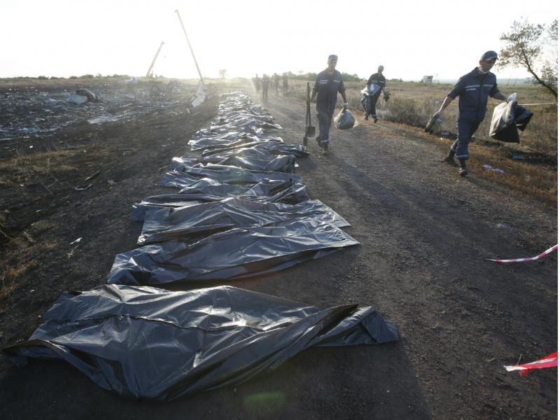 Recolha de corpos nos destroços do voo MH17 [Reuters]