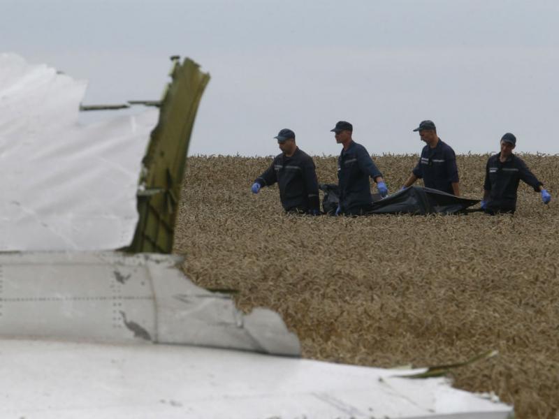 Retirada dos corpos e dos destroços do MH17 (REUTERS)