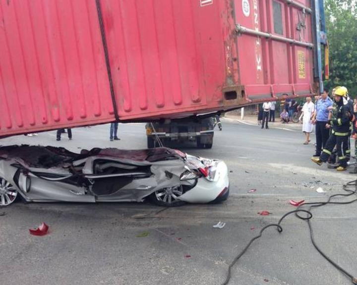 Carro fica completamente «esmagado» depois de acidente